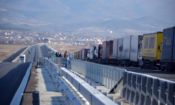 """BG шофьори пробиха блокадата на """"Кулата"""" с мръсна газ"""