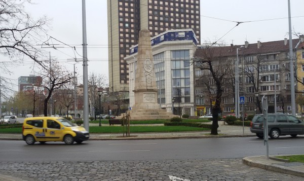 "Зелените релси на ""Руски паметник"" в кал. Некачествен ремонт?"