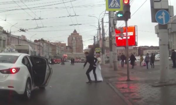 Руска разлъка: Булка наби младоженеца с букета