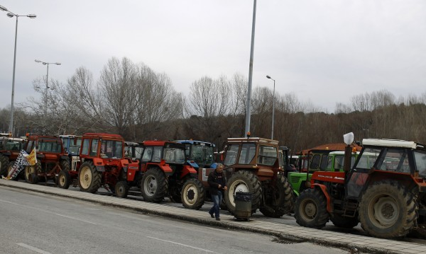 Фермерите в Гърция засилват натиска с още блокади