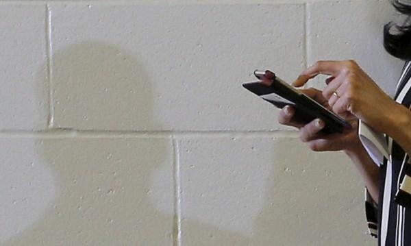 Забраниха мобилни на неомъжени в индийско село