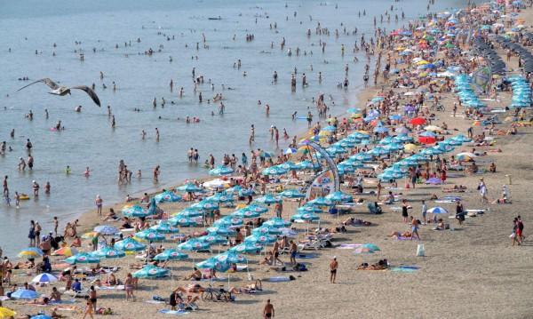 Шезлонги, чадъри, волейбол – без пари на бургаския плаж