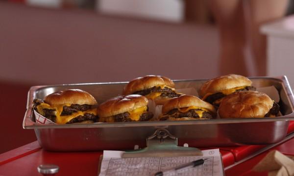 Приятно ми е, Бекон Двоен Чийзбургер!