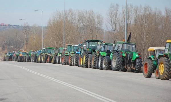 Фермерите изтеглят тракторите си от границата