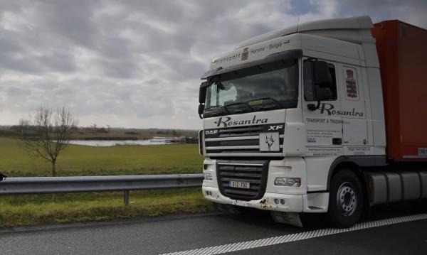 Украински националисти блокират руски камиони