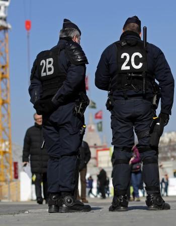 Тийнейджърки в Париж заплашвали да нападат зали