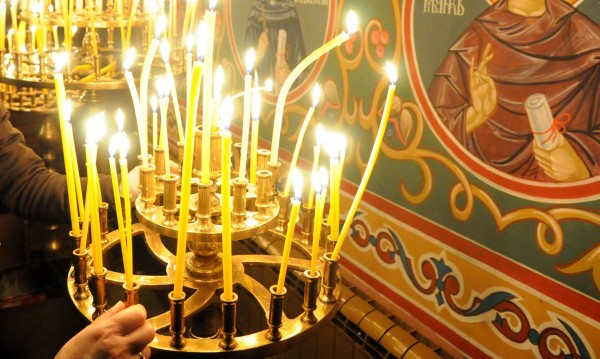 Преди Великден: Църквите скриха евтините свещи