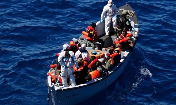 Над 900 мигранти бяха спасени в морето край Сицилия