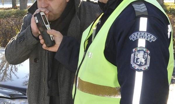 Полицаи хванаха 14-годишен пиян зад волана