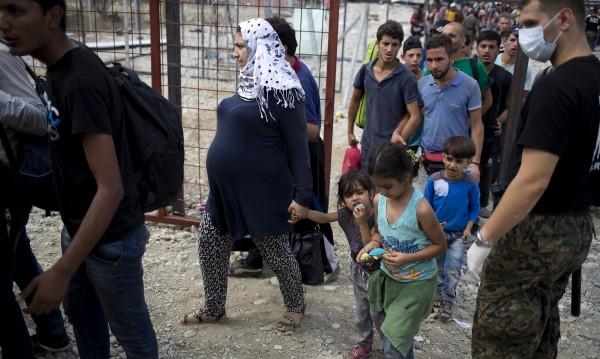 ЕП иска децата и бременните извън бежанските центрове