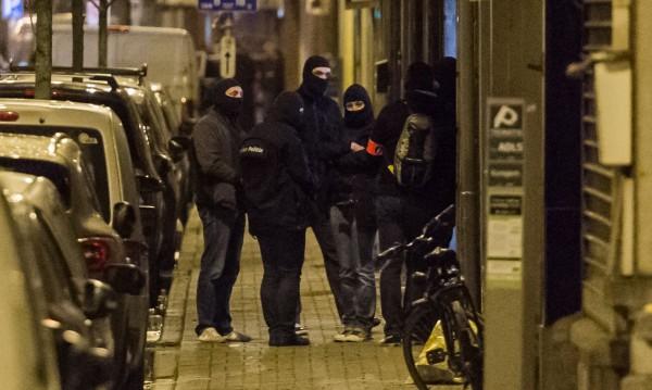 Акция в Брюксел: Полицаи претърсват жилищна сграда
