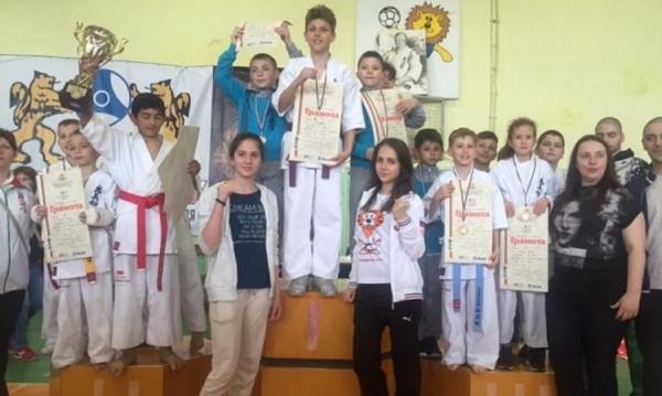 Варненци обраха отново медалите на киокушин