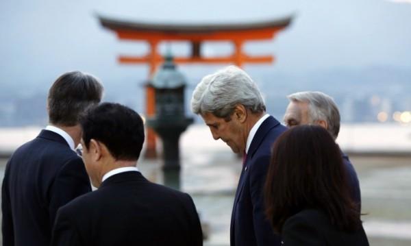 За първи път: Джон Кери на мемориала в Хирошима