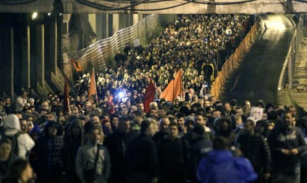 Хиляди на протест в Скопие, искат оставката на президента