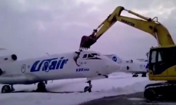 """Отмъщението на уволнения: С багер """"обезглави"""" самолет"""
