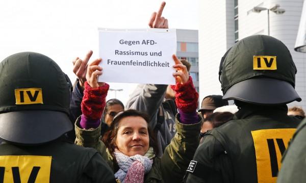 400 души в ареста в Щутгарт, скандирали срещу дясна партия