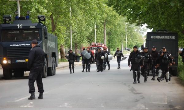 Протестът в Раднево бил окървавен от футболни агитки