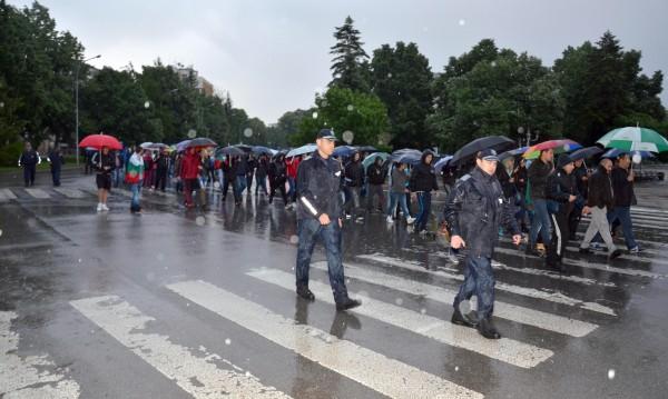 Силният дъжд не спря протестите в Раднево
