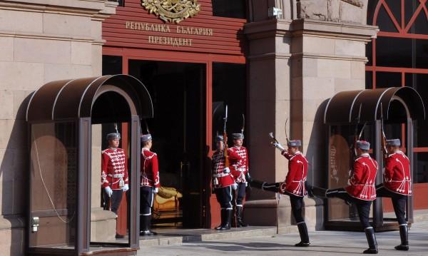 Смяна на караула: 16 близки до властта стягат куфари за посланици