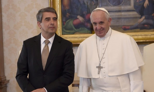 """Папата критикува """"износа"""" на демокрация в Ирак и Либия"""