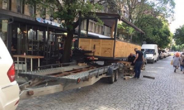 """Преместиха барче, """"паркирало"""" на столична улица"""