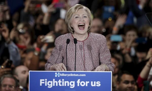 Клинтън говори за безработица... със сако за $12 500