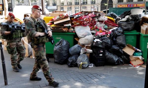 Частни компании събират купищата боклуци в Париж