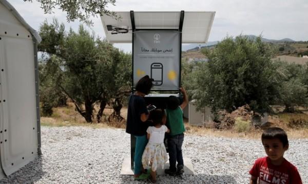 Бежанците в Гърция зареждат телефони със соларно зарядно