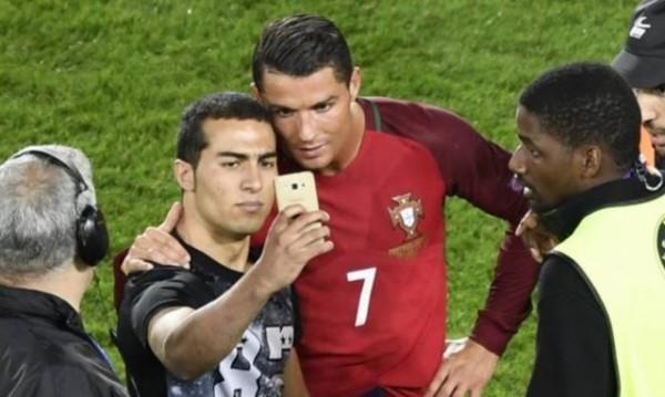 Роналдо намери сили да зарадва нахлул на терена фен