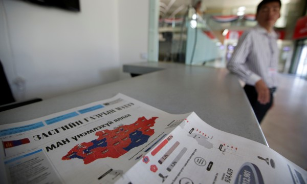 Управляващите в Монголия претърпяха тежко изборно поражение