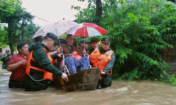 Три дни валя дъжд в Китай, отне живота на 50 души
