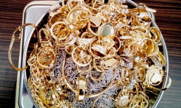 След сутиена, митничари откриха злато и в слипове