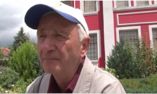 Дядо извървя 10 км., за да дари книги