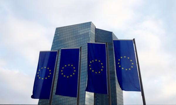 Проблемите навън чукат на вратата, а ЕС – все по-вглъбен
