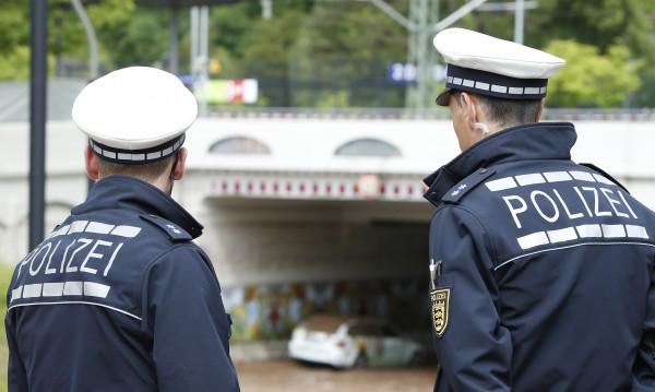 Мъж уби човек и рани двама с мачете в Германия