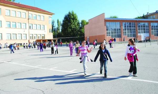 За година: 10 000 ученици се сбогуваха с България