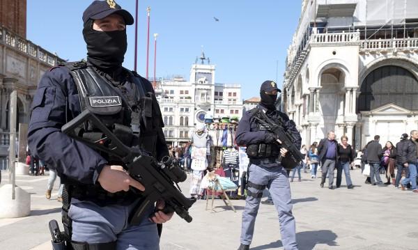 Арестуваха мъж с брадва в раницата във Венеция