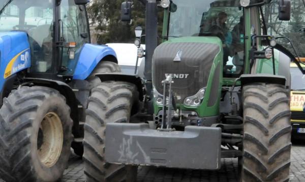 Трактор подпалил храстите между Лисово и Левка