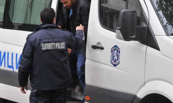 Полицията в Перник задържа 54 мигранти