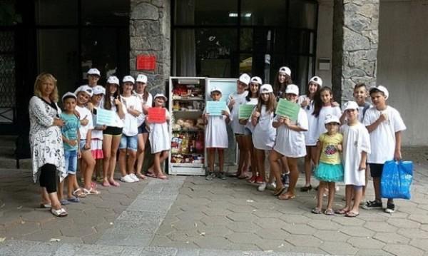 Деца пестиха от джобни, напълниха хладилник за бедни
