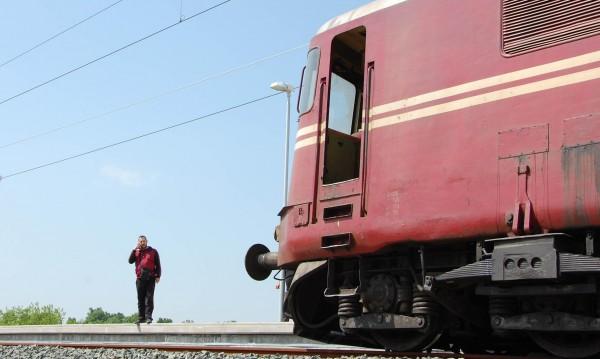 Влак връхлетя дядо и... му навехна ръката
