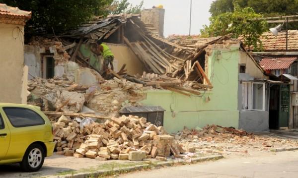 """Събориха 4 общински къщи в """"Максуда"""", били опасни"""