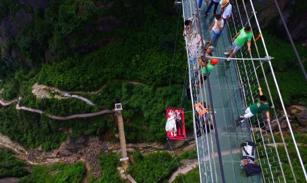 Всеки може да мине по стъкления мост рекордьор, но с резервация