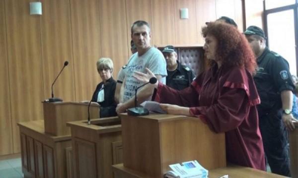 Полицаят, обвинен, че е убил родителите си, иска на свобода