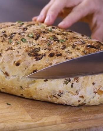 Рецептата Dnes: Хляб с карамелизиран лук