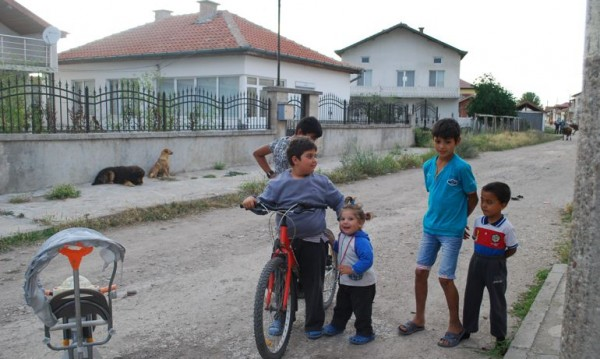 """Ромският """"Бевърли хилс"""" край Хасково: Къщи – прогимназии, но пусти"""