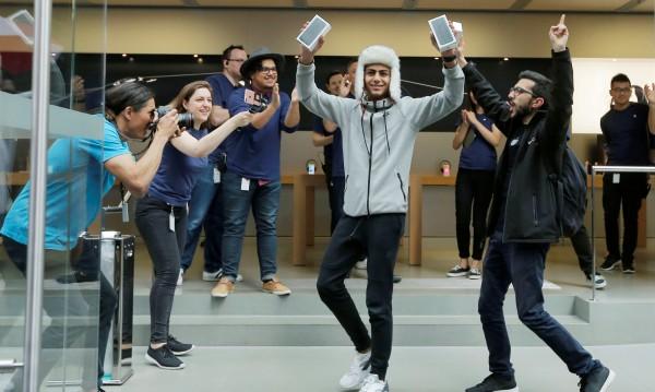 Нов iPhone и пак тълпи пред магазините на Apple