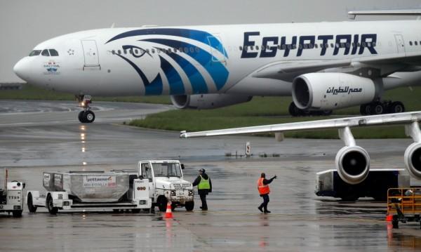 Следи от динамит по отломките от египетския самолет