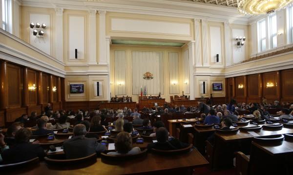 """""""Купувачът"""" Толстой """"подпали"""" парламента: Скандал или не?"""