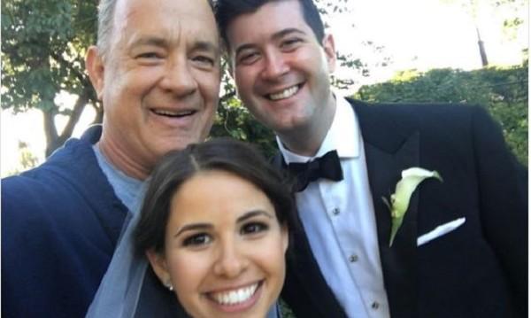 Фото бомба: Том Ханкс – неканен гост на сватба